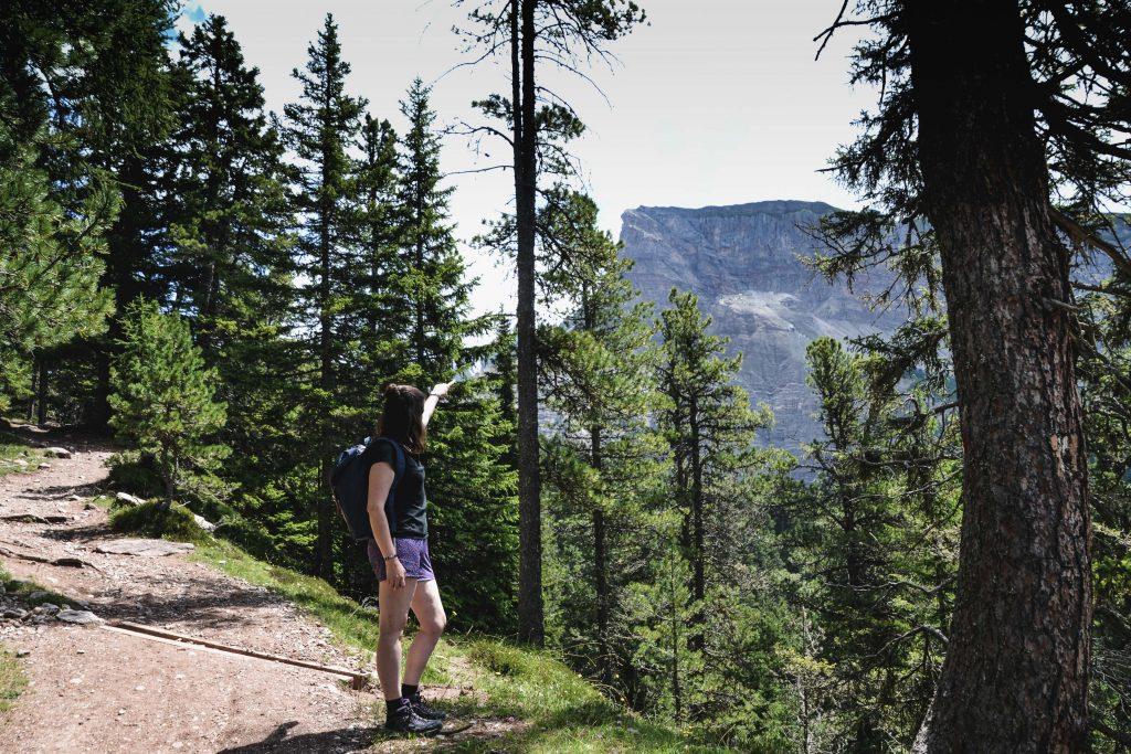 Seceda Wanderung Blick auf Gipfelkreuz