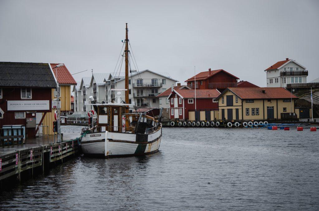 Smögen Westküste Schweden bunte Häuser Roadtrip Fischerdorf Boot